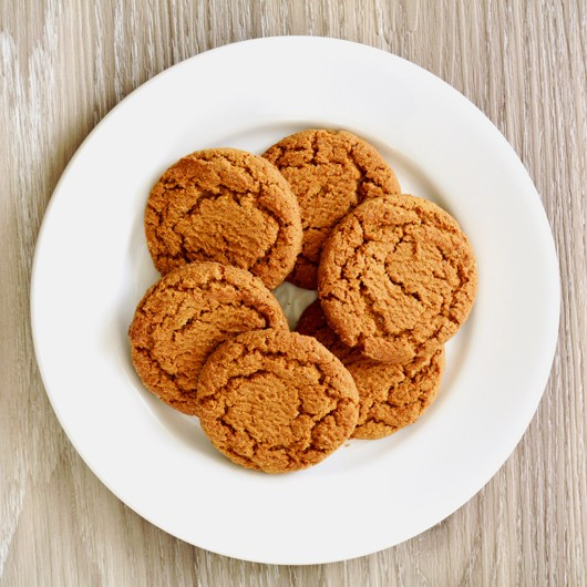 Crunchy gingersnaps on white plate ©Getty Images