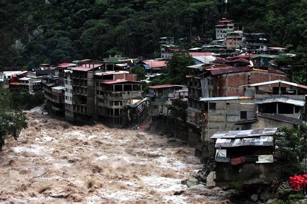 Heavy rains and mudslides devastate Peru during El Nino season (AFP/Getty Images)