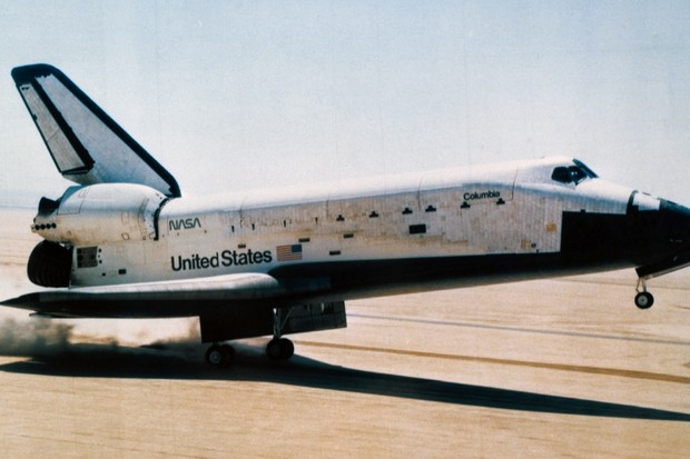 The space shuttle orbiter Columbia touches down on Rogers dry lake at Edwards Air Force Base (© NASA)