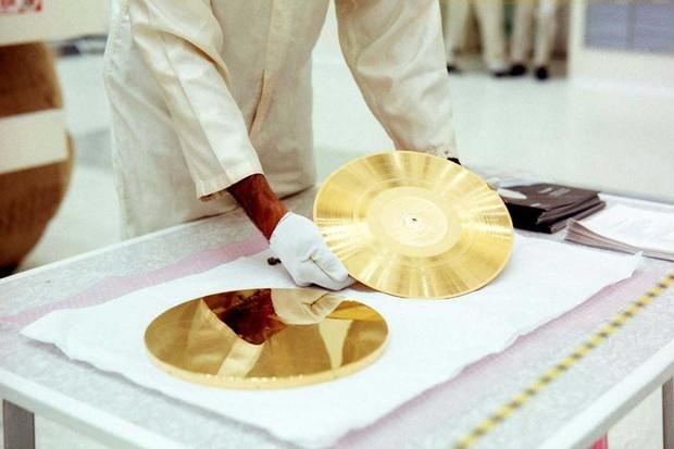voyager-gold-record-assembly-at-ksc-8-4-77_30269492703_o