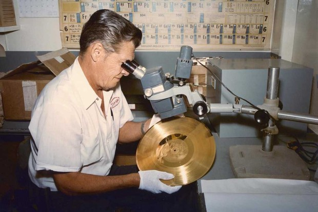 voyager-golden-record-gold-plating-8-23-77_30217620534_o
