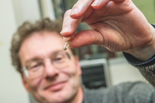 Prof Oliver Tschauner with the diamond containing ice VII © Marilyn Chung