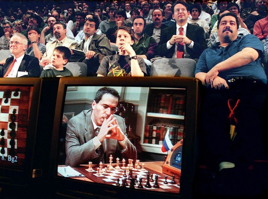 Fans watch the fifth game between World Chess Champion Garry Kasparov (on TV monitor) and the IBM Deep Blue computer 10 May in New York © Stan Honda/AFP/Getty Images)