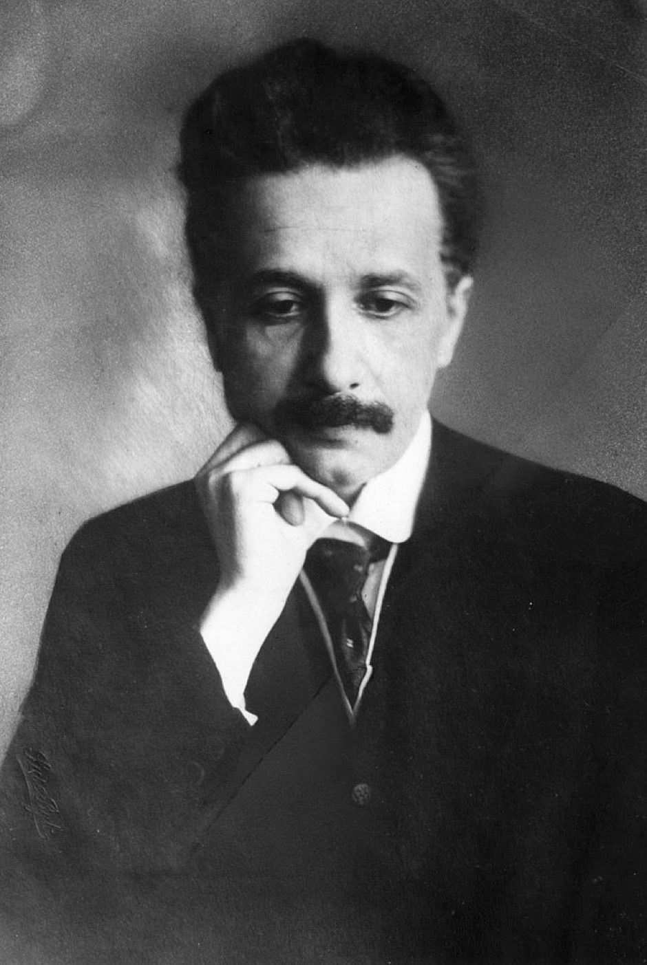 Albert Einstein (1879 - 1955), the German-Swiss-American mathematical atomic physicist and Nobel prizewinner, seen early in his career in a thoughtful pose. (Photo by Hulton Archive/Getty Images)