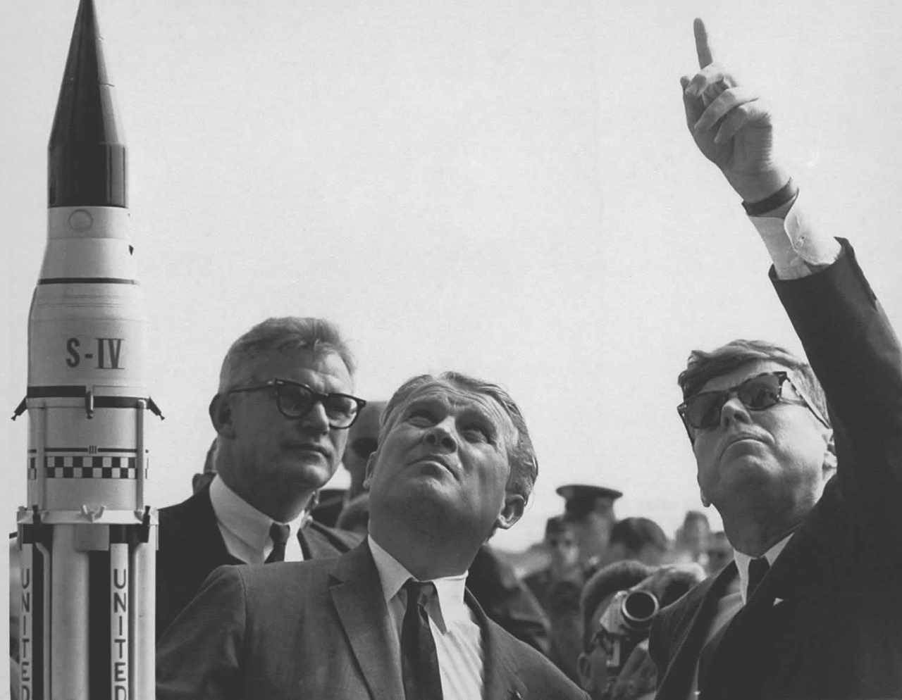 Dr Wernher von Braun (centre) of NASA discusses the Saturn launch system with President John F Kennedy © NASA