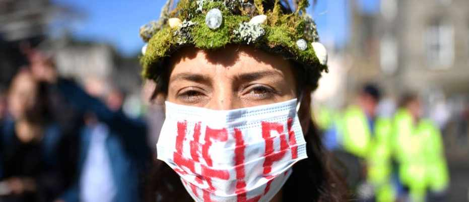 """Climate change: """"To stop a global temperature increase ... the level of ambition needs to be tripled"""" (Protesters march and hold placards as they attend the Global Climate Strike on 20 September 2019 in Edinburgh © Jeff J Mitchell/Getty Images)"""