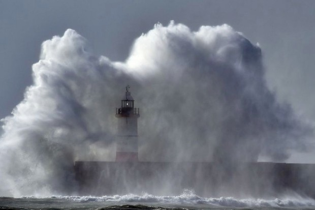 Climate change: extreme weather events could occur every year by 2050 (Waves crash over Newhaven Lighthouse on the south coast of England on October 21, 2017 as Storm Brian hits the country © GLYN KIRK/AFP/Getty Images)