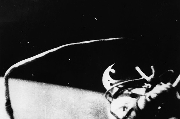 Leonov steps from the spaceship Voskhod 2 © Central Press/Getty Images