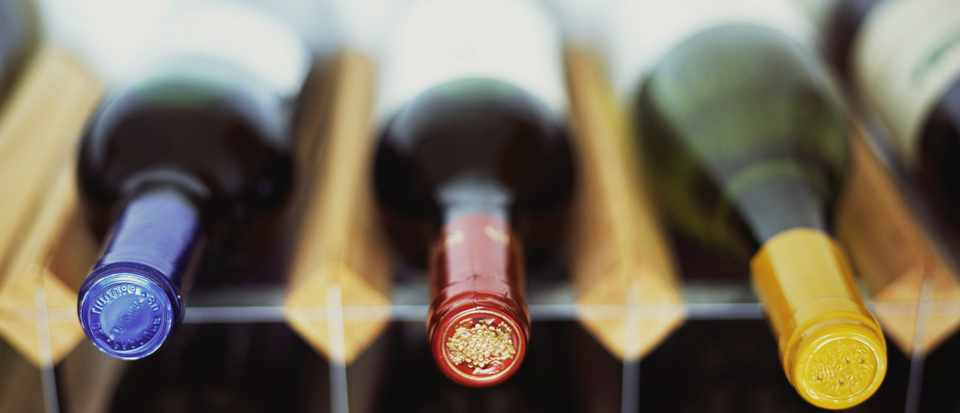 Why is it better to store wine horizontally?