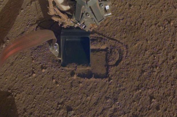 InSight digging again after 7-month delay © NASA/JPL-Caltech via AP