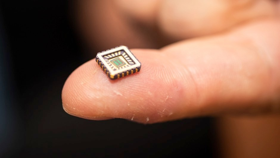 One of the artificial neurons in its protective casing on a fingertip © University of Bath/PA