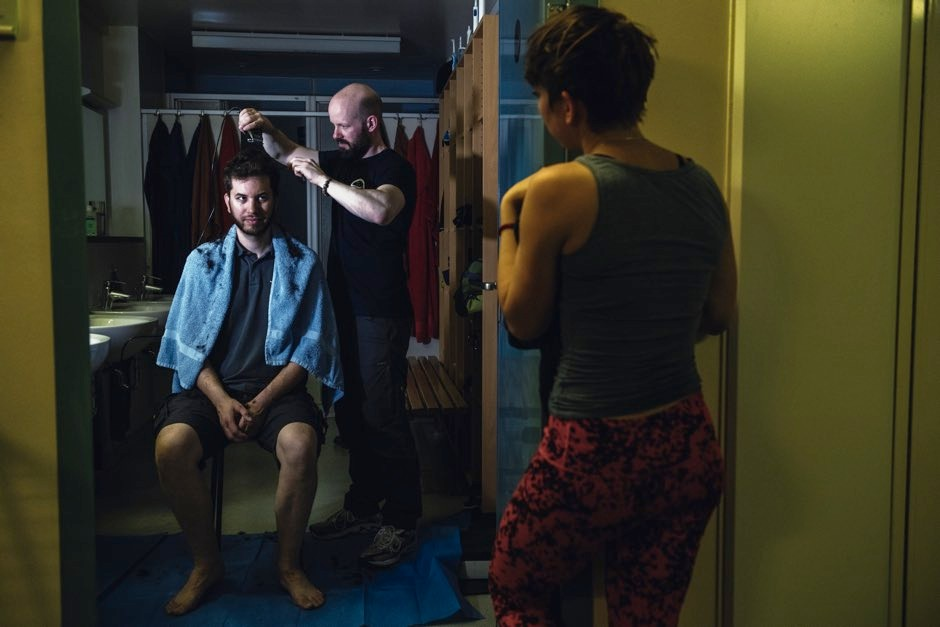 Electrical engineer Thomas Schad receiving a haircut © Esther Horvath