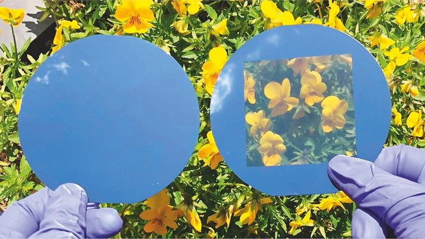 Priehľadné fotovoltaické články (vpravo) môžu stále dosiahnuť slušnú účinnosť © UNIST
