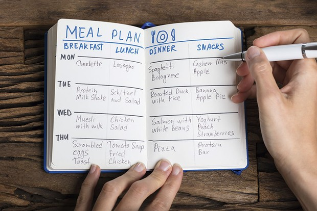 A person writing a food diary © Getty Images