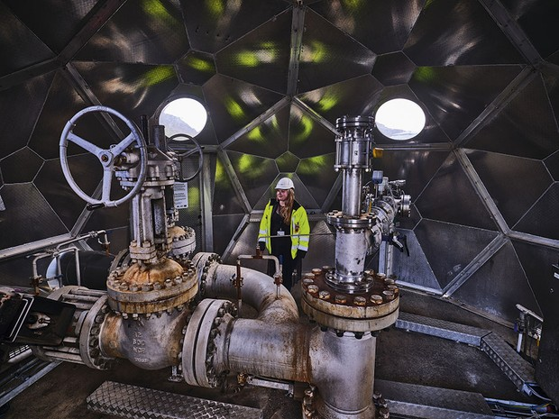 A woman looking at machinery used to pump carbon dioxide into water © Luca Locatelli/Institute