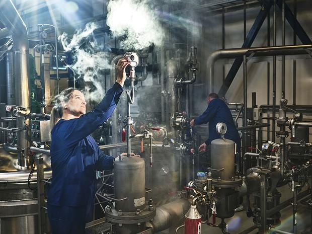 A woman checks the steam pressure of a piece of equipment © Luca Locatelli/Institute