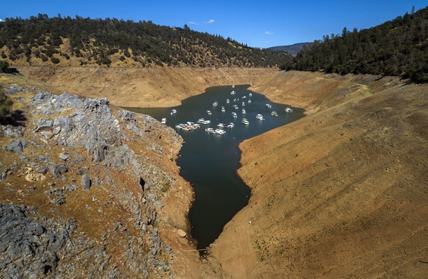 OROVILLE, CA - JUNE 08: In an aerial view, houseboats whose owners chose to leave them in the lake, float at a water level nearly 200 feet below normal at the Lime Saddle Marina for Lake Oroville near Paradise, Calif., on Tuesday, June 8, 2021. Drought has caused the water level to drop in Lake Oroville several hundred feet, leaving houseboat owners to make a choice to leave their craft in the water or to remove them since boat ramps will not reach the low level of the water as it drops lower and lower. (Carlos Avila Gonzalez / The San Francisco Chronicle via Getty Images)