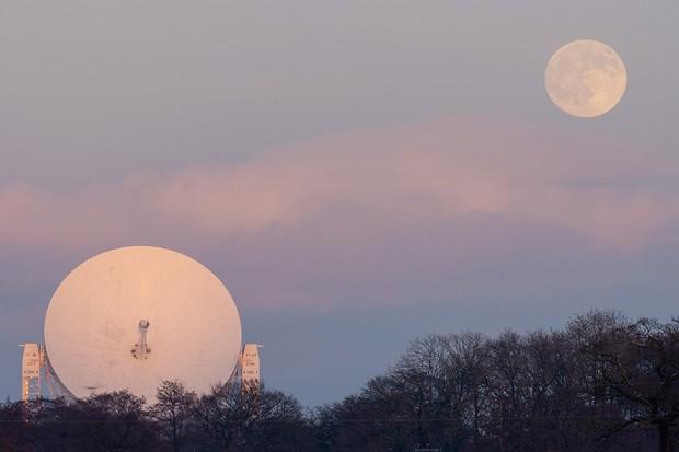 Moonrise over Jodrell Bank © Matt Naylor