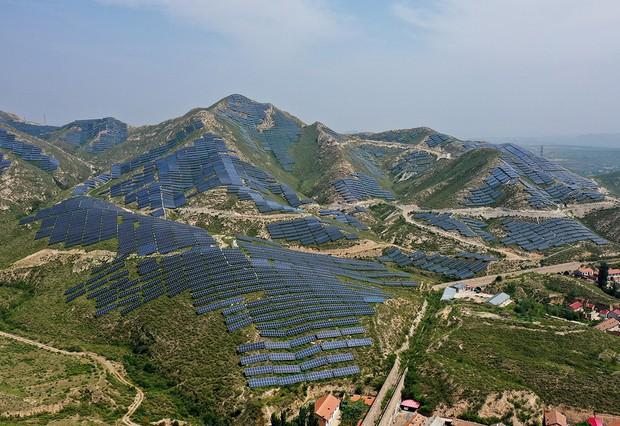 ZHANGJIKOU, CHINA - AUGUST 10, 2021 - Photo taken on Aug. 10, 2021 shows a photovoltaic power station on a deserted hill near Zhangjiazhuang village, Xinzhuangzi Township, Xiahuayuan District, Zhangjiakou City, North China's Hebei Province. (Photo credit should read Costfoto/Barcroft Media via Getty Images)