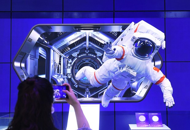 CHONGQING, CHINA - AUGUST 25: Visitors watch a 3D Micro LED screen displaying an astronaut figure during the Smart China Expo 2021 at Chongqing International Expo Center on August 25, 2021 in Chongqing, China. (Photo by Chen Chao/China News Service via Getty Images)
