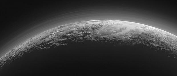 Фотография, сделанная космическим аппаратом НАСА New Horizons, на которой показаны горы и ледяные равнины Плутона © НАСА/Лаборатория прикладной физики Университета Джона Хопкинса/Юго-Западный исследовательский институт
