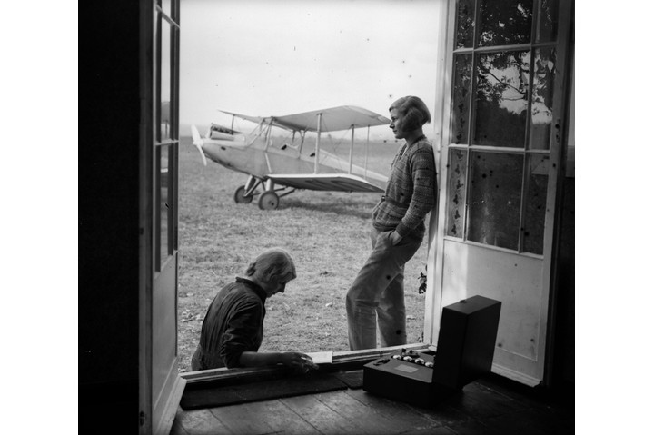 Female aviators Dorothy Spicer and Pauline Gower in a bungalow in Reading, 9 September 1931. Gower later became an officer of the Air Transport Auxiliary's No 5 Ferry Pilots Pool. (Photo by Fox Photos/Getty Images)