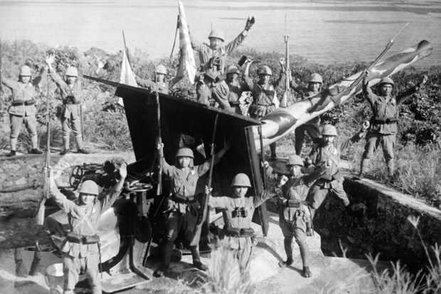 Japanese troops celebrate the capture of a British artillery position, Hong Kong, December 1941 (Mondadori Portfolio via Getty Images)