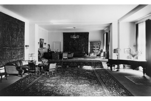 Heinrich Hoffmann, photograph of the reception hall in the Old Chancellery in Berlin after the 1934 renovation by the Atelier Troost. (LOT 3940 (H), Library of Congress, Washington, DC, Prints and Photographs Division)