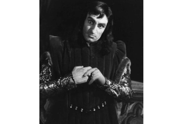 English actor Laurence Olivier as Richard III in a production of Shakespeare's play of the same name. (Photo by Felix Man/Picture Post/Getty Images)