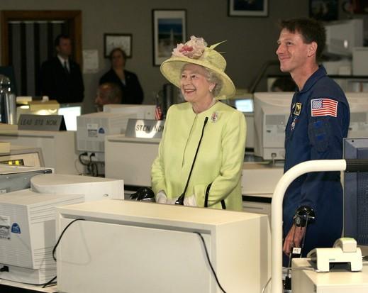 Rainha Elizabeth II no controle da missão do Centro Espacial Goddard da NASA, 2007