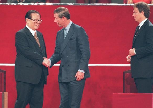 O presidente chinês, Jiang Zemin, aperta a mão do príncipe Charles, 1997