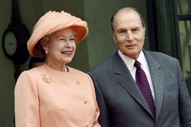 A Rainha Elizabeth II sorri quando o presidente francês François Mitterrand a recebe no Palácio do Eliseu, Paris, 9 de junho de 1992. (Foto de Joel Robine / AFP via Getty Images)