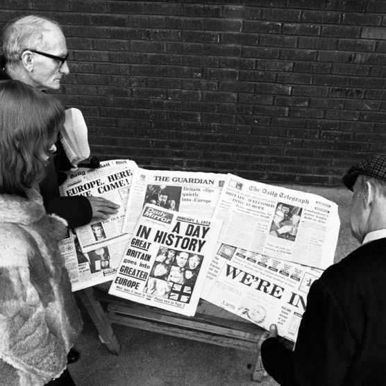 Londoners read newspaper headlines about Britain's entry to the Common Market, January 1973. (Photo by © Hulton-Deutsch Collection/CORBIS/Corbis via Getty Images)