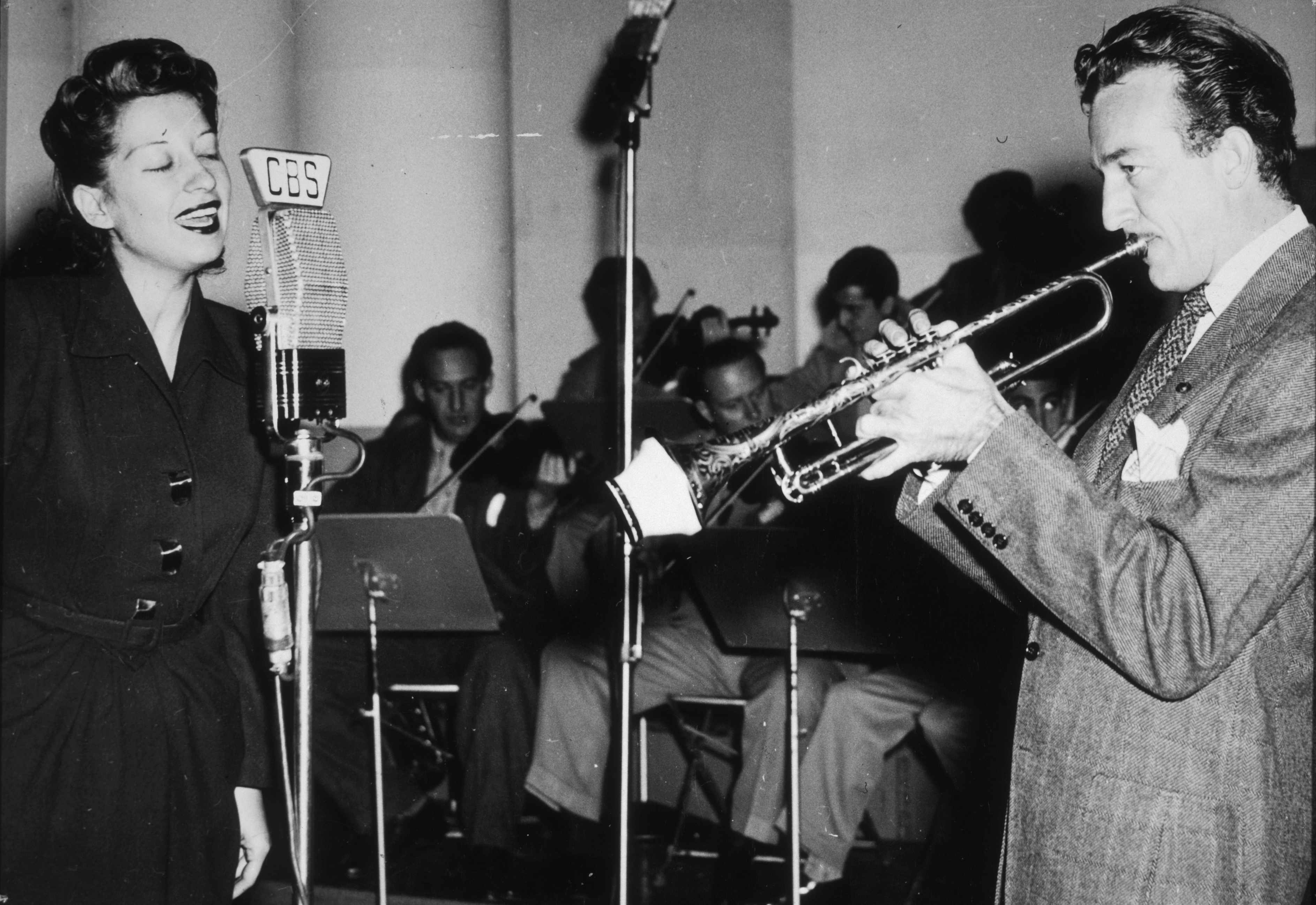 American jazz singer Helen Forrest performing with trumpeter Harry James (1916-1983), c1945. (Photo by Metronome/Getty Images)