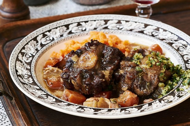 Oxtail stew. (© CICO Books 2017)