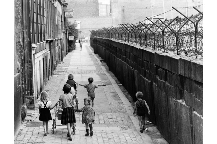 Children at the Berlin Wall on Sebastianstrasse, Berlin - Kreuzberg - in around 1964. (Photo by Lehnartz/ullstein bild via Getty Images)