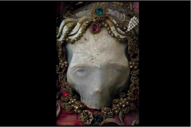 Skull with jewelled headpiece