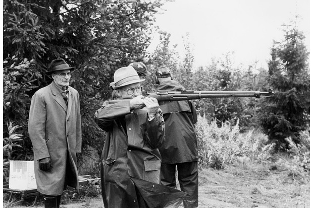 Häyhä checks the balance and the sights of the honorary rifle from the standing position. (© Tapio Saarelainen)
