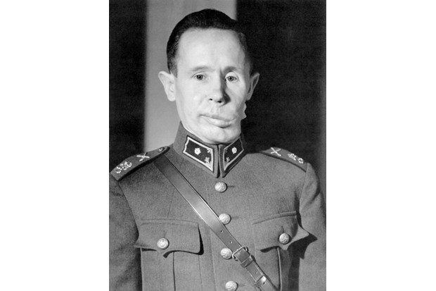 After being hit by an explosive bullet during a Russian attack, sniper Simo Häyhä suffered from lasting facial scarring and near-constant pain for many years. (© Tapio Saarelainen)