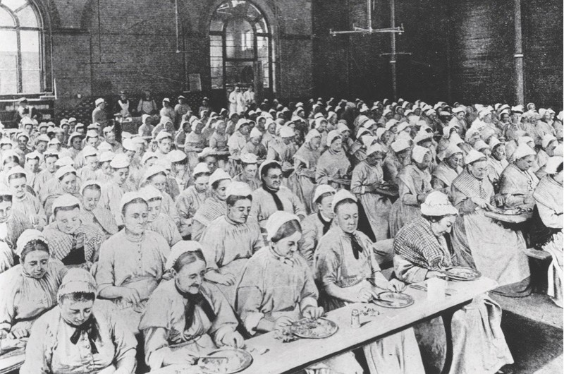 circa 1900:  Women having their dinner at a workhouse in St Pancras, London.  (Photo by General Photographic Agency/Getty Images)