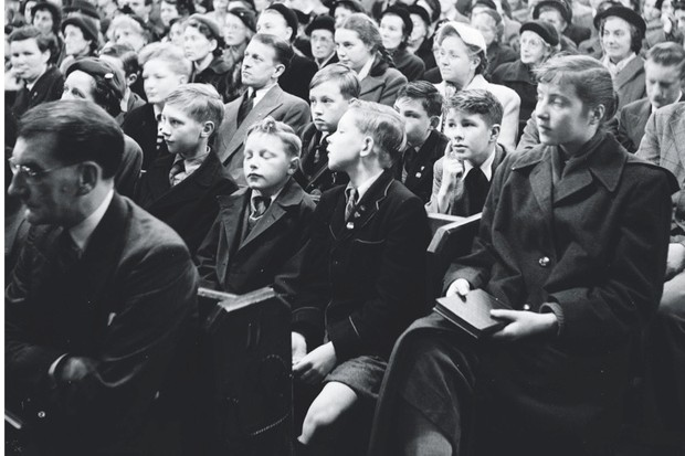 Worshippers inside the Duke Street Baptist Church in Richmond, Surrey, listening to a service in 1954. (Photo by Bert Hardy/Picture Post/Getty Images)