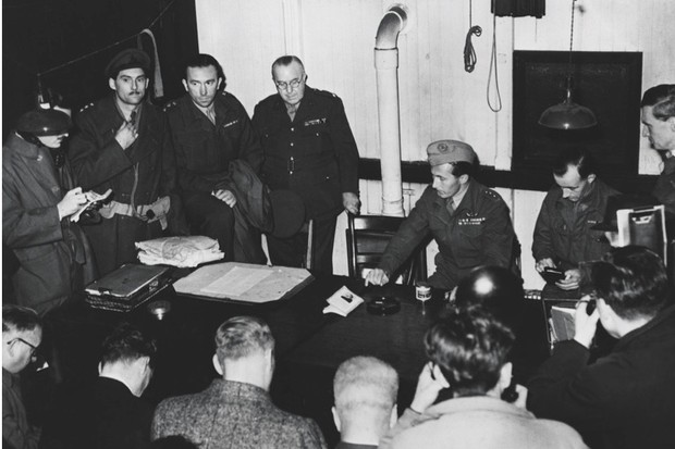 Major Roy Farran (seated, centre) at a press conference on his return from Palestine, 1947. (Bentley Archive/Popperfoto/Getty Images)