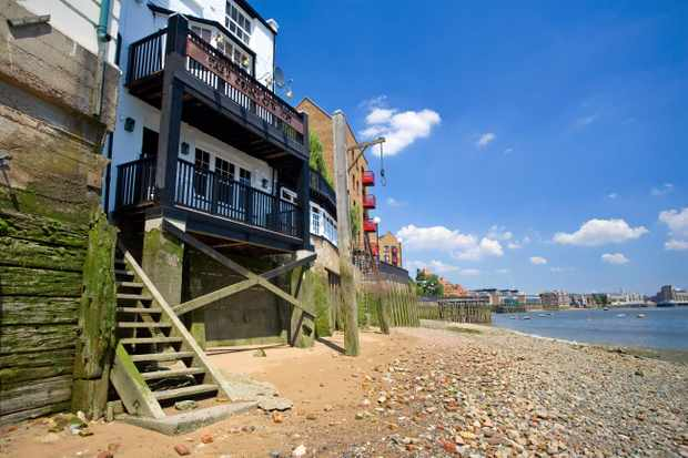 AE8AP9 The Prospect of Whitby pub on the bank of the River Thames in London England