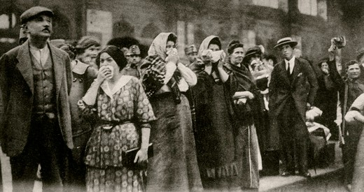 Austria / World War 1 / Outbreak of War:Announcement of the general mobilisation on 31st Juli 1914.Departure of troops from Vienna: Crying women by the roadside.Photo postcard, 1914.Paris, Jean-Pierre Verney collection.