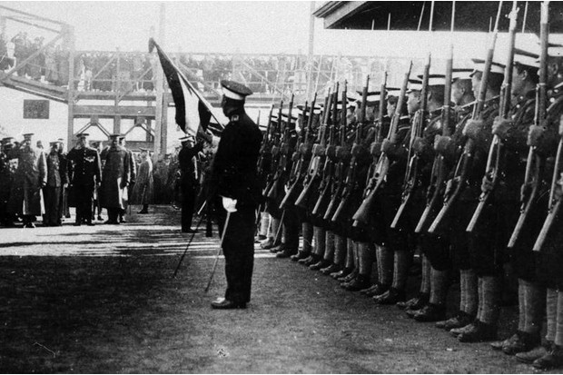 Republican Chinese soldiers present arms to a visiting US military officer in 1917