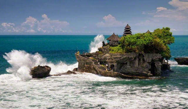 23 Jan 2014, Bali, Indonesia --- Indonesia. Nusa Tenggara. Bali. Tabanan. Pura Tanah Lot. Wave crashing on Pura Tanah Lot, large rock with a Hindu temple in the ocean --- Image by © Julien GARCIA/Photononstop/Corbis
