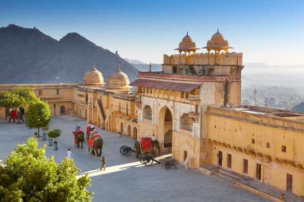 D6XD6R Amber Fort - landscape with elephants on the Jaleb Chowk courtyard and main gate of Amber Fort, Jaipur, Rajasthan, India