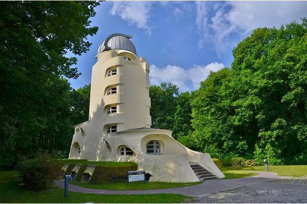 Potsdam, Einsteinturm im Wissenschaftspark Albert Einstein auf dem Telegrafenberg, Leibnitz-Institut fuer Astrophysik Potsdam. In dem 1919-1922 nach den Plaenen des Architekten Erich Mendelsohn erbauten Observatorium sollte die Gueltigkeit von Einsteins Relativitaetstheorie bestaetigt werden.