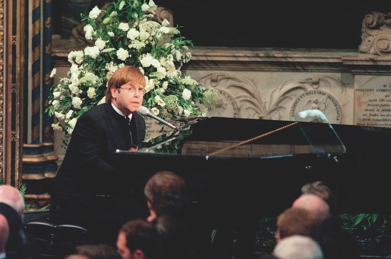 Elton John sings Candle in the Wind at Princess Diana's funeral, September 1997. (© Getty)