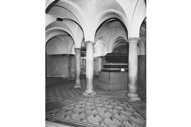 The sarcophagus of English naval officer Horatio Nelson in the Crypt of St Paul's Cathedral, London, circa 1925. It was originally made for Cardinal Wolsey in around 1524. (Photo by General Photographic Agency/Hulton Archive/Getty Images)